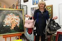 Menší i větší kabelky věnovala do letošního ročníku Kabelkového veletrhu, olomoucká galeristka Ivana Šmidová. Do oblíbené akce se zapojila její celá rodina.