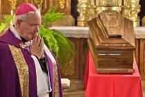 Olomoucký světící biskup Josef Hrdlička u rakve kardinála Špidlíka v Loretánské kapli