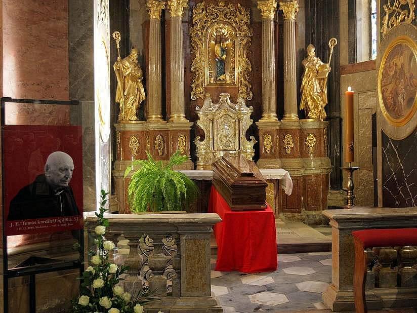 Ostatky kardinála Špidlíka dorazily do olomoucké katedrály sv. Václava