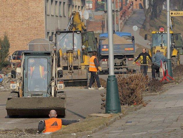 Opravy silnic v centru Velkého Týnce