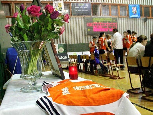 Dres a portrét připomíná volomoucké sportovní hale zesnulou Alenu Honkovou
