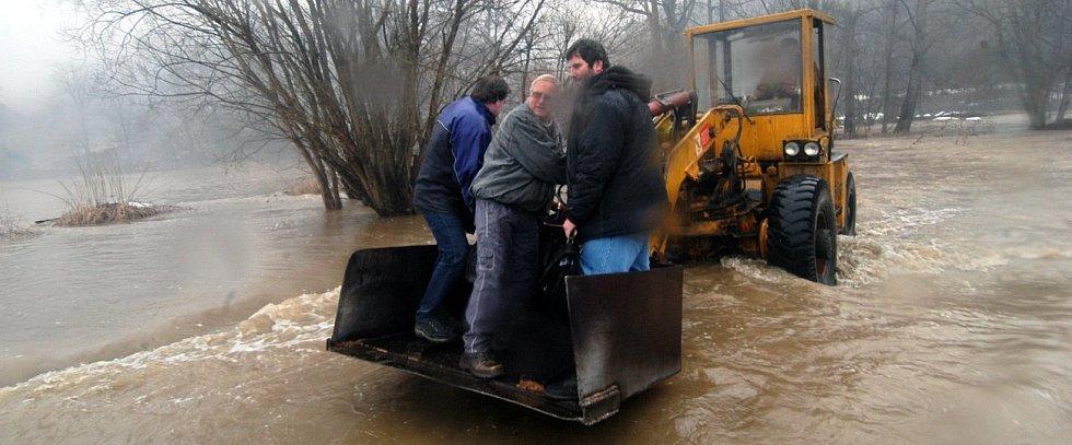 28. března 2006. Pracovníky bouzovské pily odřízla rozvodněná Třebůvka