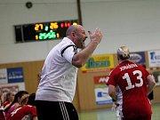 Zora (v tmavém) prohrála se Slavií první zápas o bronz 27:28. trenér Slavie Richard Řezáč