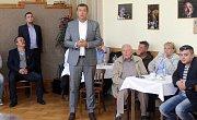 DENÍK BUS - debata v salonku Městského domu v Přerově.  Stojící přerovský radní Petr Vrána (ANO)