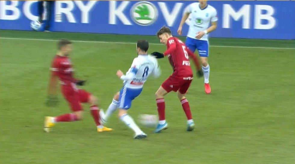 Zákrok Marka Matějovského na Davida Housku v utkání Mladá Boleslav - Olomouc