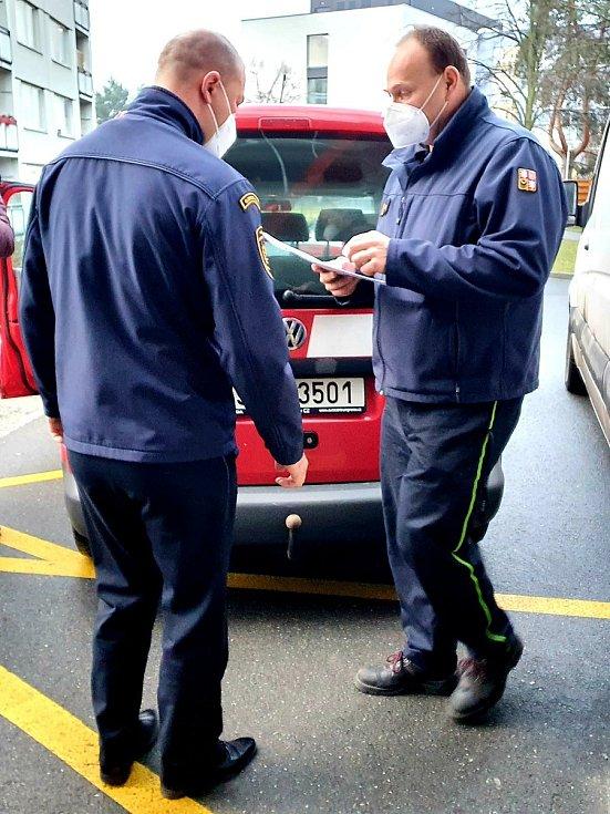 Profesionální hasiči rozvážejí do ordinací praktických lékařů v Olomouckém kraji vakcíny.