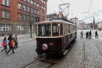 Historická tramvaj v ulicích Olomouce.