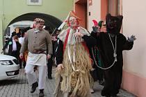 Velkou Bystřicí v sobotu prošel masopustní průvod masek s muzikanty i medvědem. Na Zámeckém náměstí se ochutnávaly zabijačkové speciality.