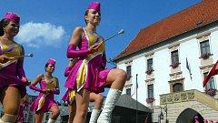 Mažoretky a vojenské dechovky na Horním náměstí v Olomouci. Ilustrační foto