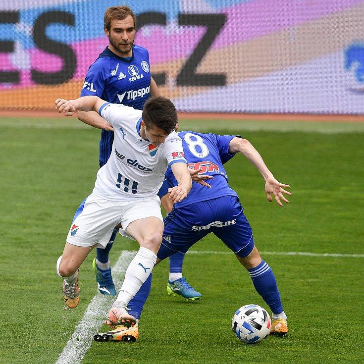 Utkání 29. kola první fotbalové ligy: Sigma Olomouc - Baník Ostrava, 24. dubna 2021 v Olomouci. (zleva) David Buchta z Ostravy a David Houska z Olomouce.