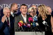 Andrej Babiš s manželkou Monikou a Jaroslavem Faltýnkem (vlevo) na tiskovce k volebnímu vítězství ANO
