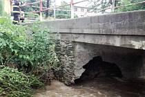 Poškozený most na Křéb v Cakově, místní části Senice na Hané