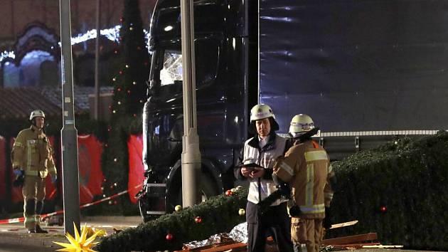 Do davu lidí na vánočních trzích v Berlíně najel kamion