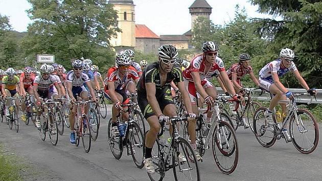 Czech Cycling Tour projíždí kolem hradu Sovinec