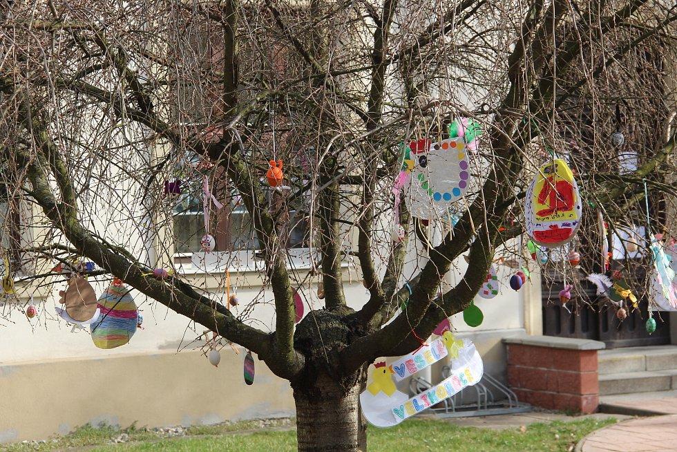 Kraslicovník u mateřské školy v Hněvotíně.