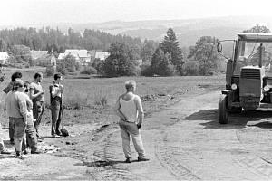 V Mutkově, který byl územně součástí obce Paseka, fungoval Osadní výbor. Ten zajišťoval vše potřebné týkající se činnosti v obci. V polovině 80. let se tak podařilo díky iniciativě chalupářů Jiřího Mlynáře a Oldřicha Šembery mladšího vybudovat v horní čás