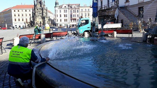 Napouštění Arionovy kašny na Horním náměstí v Olomouci ve čtvrtek 18. dubna