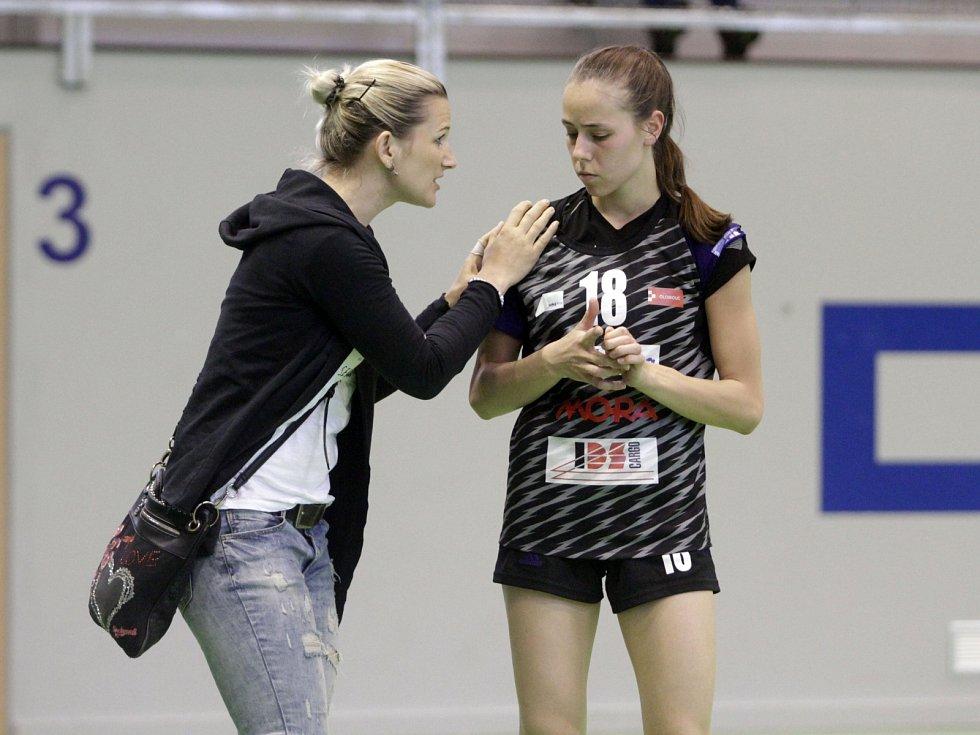 Olomoucké házenkářky (v černém) porazily v prvním utkání série o bronz Porubu 26:21. Lucie Fabíková (vlevo) a Ivana Salašová