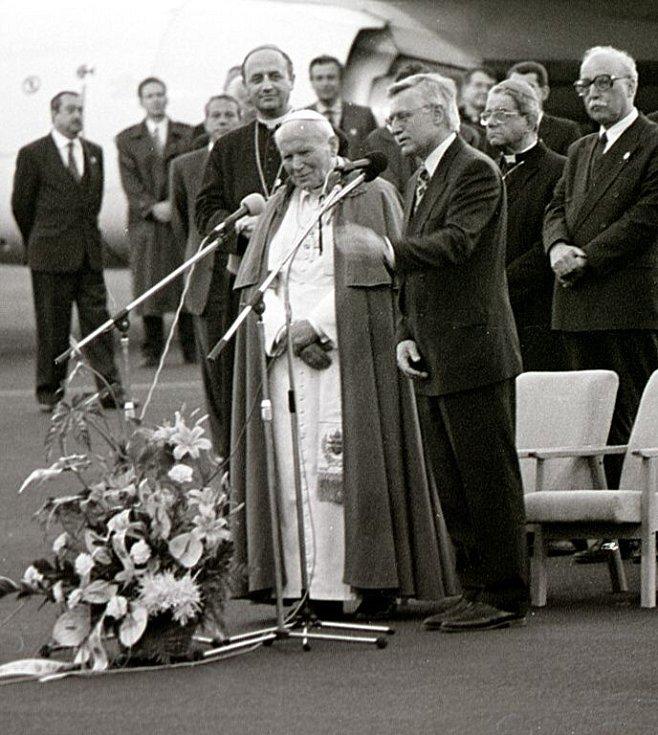 Papež Jan Pavel II. po příletu na letiště - s tehdejším předsedou vlády Václavem Klausem