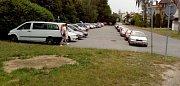 Pátek 6.července, státní svátek - Den upálení mistra Jana Husa, ve 14.00 bylo plné i parkoviště u autobusové zastávky pod zoologickou zahradou.