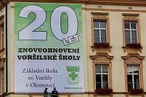 Velký transparent na školní budově u olomoucké tržnice hlásá 20 let obnovení voršilské školy