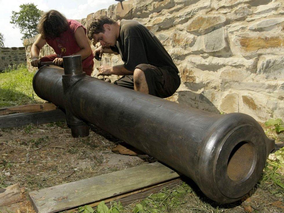 Na hradě Bouzov restaurují historická děla