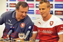 Trenér Pavel Vrba a David Limberský před zápasem s Rakouskem v Olomouci