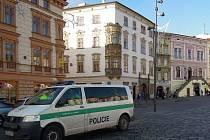 Policisté dokumentují srážku šoféra se sloupem na Dolním náměstí v Olomouci. Ilustrační foto