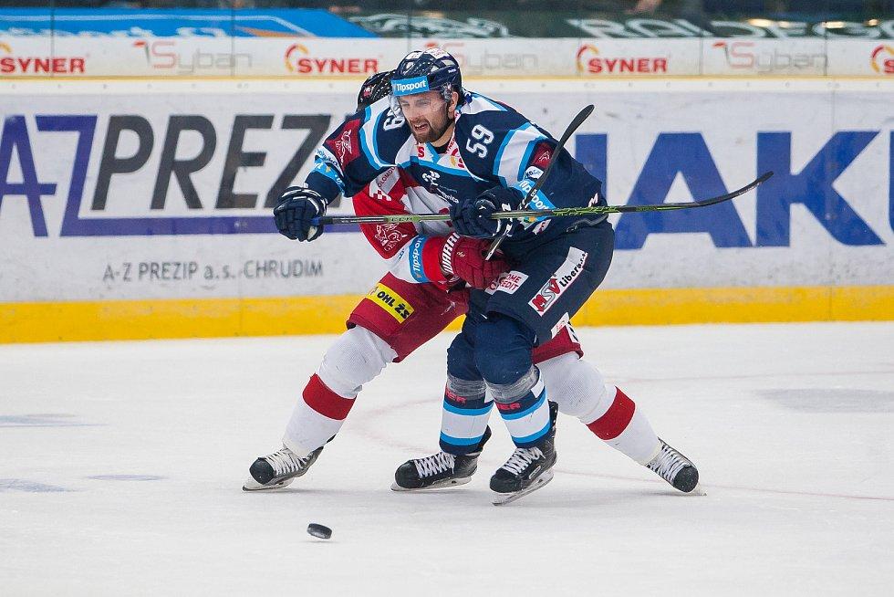 Bílí Tygři Liberec proti HC Olomouc. V modrém je Petr Kolmann.