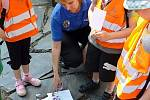 Děti ze školek soutěžily s městskou policií v Bezručových sadech