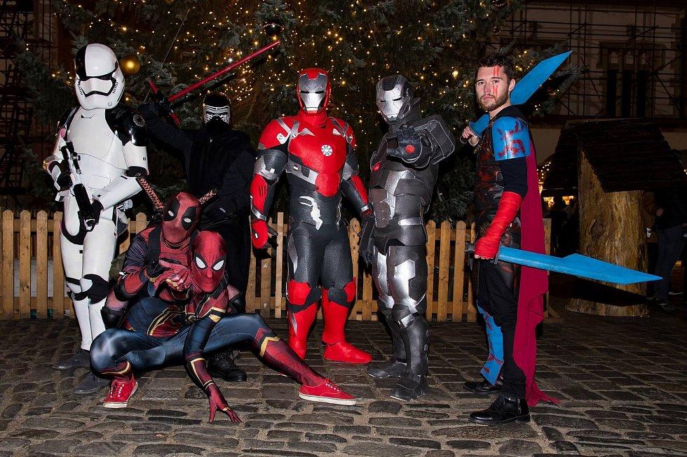 Univerzální superhrdinové se svými příznivci na Horním náměstí v Olomouci
