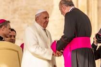 Olomoucký arcibiskup Jan Graubner (vpravo) s papežem Františkem při generální audienci na Svatopetrském náměstí