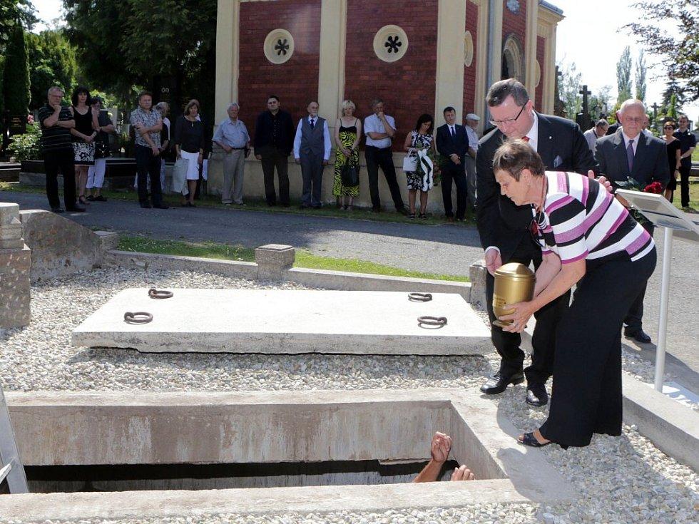 Uložení urny prvního polistopadového primátora Olomouce Milana Hořínka do hrobky primátorů na neředínském hřbitově
