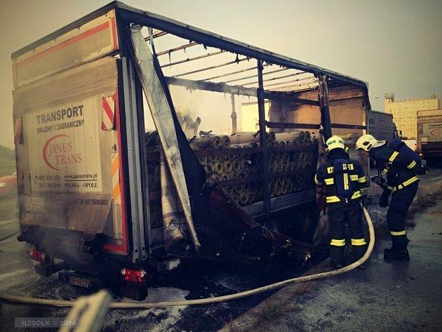 Požár přívěsu nákladního auta ve Velkomoravské ulici v Olomouci