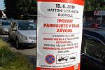 Cedule upozorňují na zákaz parkování v trase Olomouckého půlmaratonu