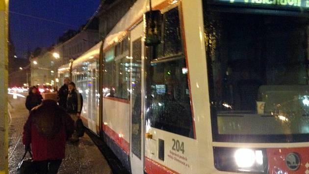 Namrzající déšt zastavil v Olomouci tramvajovou dopravu. Lidé na náměstí Hrdinů se marně dobývali do vozu, řidič vysvětloval situaci
