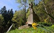 V neděli 29. dubna se u památníku na Zákřově (místní část Tršic u Olomouce) uskutečnila tradiční pietní vzpomínka u příležitosti 67. výročí od vypálení obce nacisty. Pomník Žalov – místo tragedie