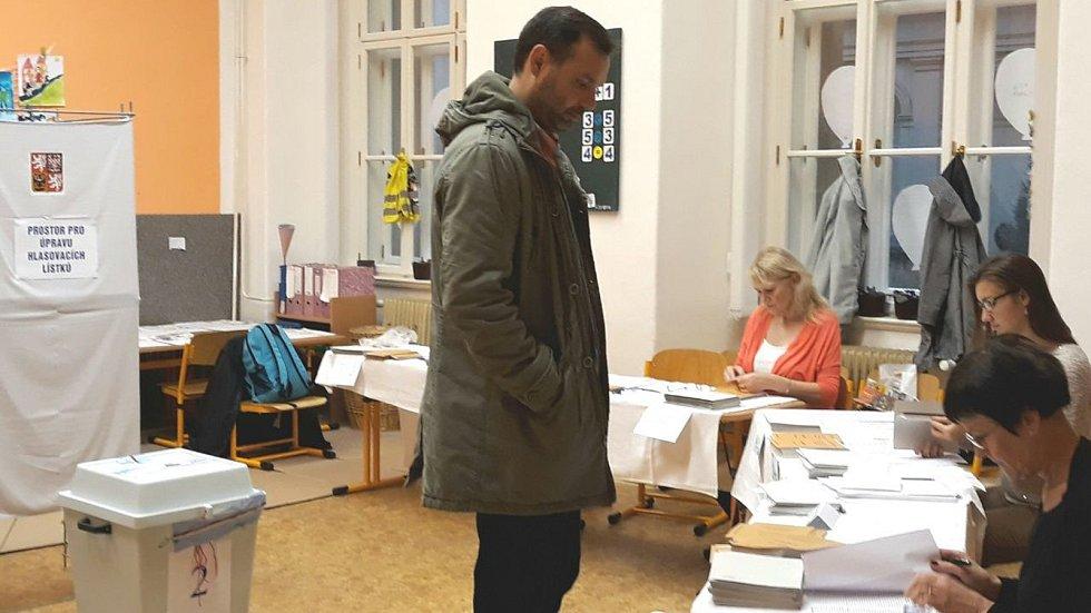 Zahájení voleb, sobota, 8 hodin, Fakultní základní škola Komenium a Mateřská škola Olomouc, 8. května, Olomouc, na snímku první volič