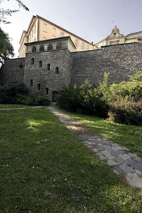 K filozofické fakultě. Průchod pro pěší, který propojuje Bezručovy sady sKřížkovského ulicí projektoval Klaudius Madlmayr v polovině dvacátého století.