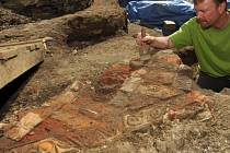 Terakotová podlaha z reliéfních dlaždic nalezená při vykopávkách na Dolním náměstí v Olomouci