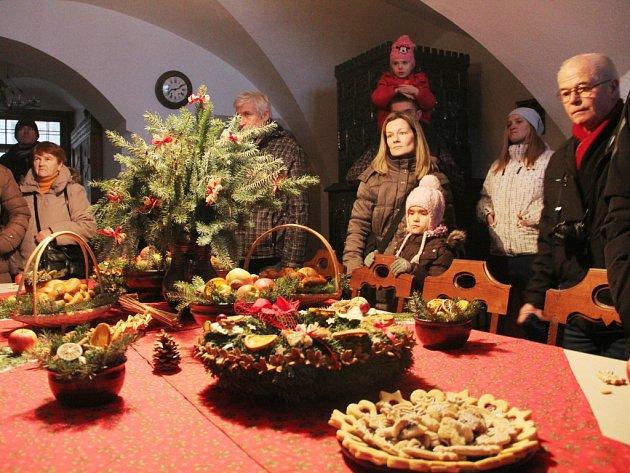 Do Štědrodenního hávu oděný a svíčkami rozzářený hrad Bouzov se ve čtvrtek 24. prosince otevřel návštěvníkům. Okolo padesátky lidí přišlo na speciální vánoční prohlídku.