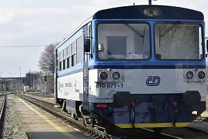 Vlak z Červenky do Prostějova čeká ve stanici Litovel předměstí na odjezd, 31. 3. 2020