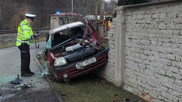 Strašlivě vypadající nehoda z pátku 28. února ve Velké Bystřici měla dobrý konec, řidič a jeho dva dětští spolucestující vyvázli ze srážky s rychlíkem jen s lehkým zraněním.