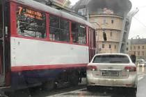 Srážka tramvaje s osobním autem v Palackého ulici v Olomouci