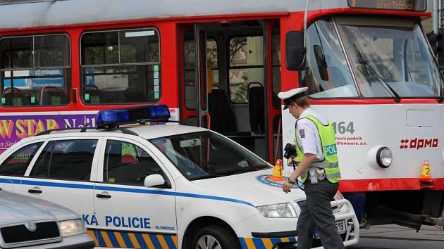 Srážka tramvaje a auta městské policie u olomoucké tržnice
