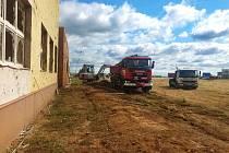 Hasičský záchranný sbor Olomouckého kraje má na tornádem postižené jižní Moravě aktuálně 40 hasičů. Pomáhají v okolí základní školy v Moravské Nové Vsi.