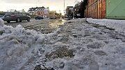 Příchod k zastávkám MHD v Olomouci často komplikuje zmrzlý sníh