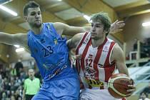 Basketbalové utkání Kooperativy NBL mezi BK JIP Pardubice (v bíločerném) a BK Olomoucko (v modrém). Ilustrační foto.