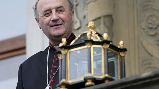Arcibiskup Jan Graubner s ostatky svaté Pavlíny