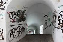 Propojka pro pěší z Bezručových sadů do centra Olomouce chátrá. V podchodu, který před časem nechalo město opravit, se podepsala nejen vlhkost, ale především práce lidských vandalů